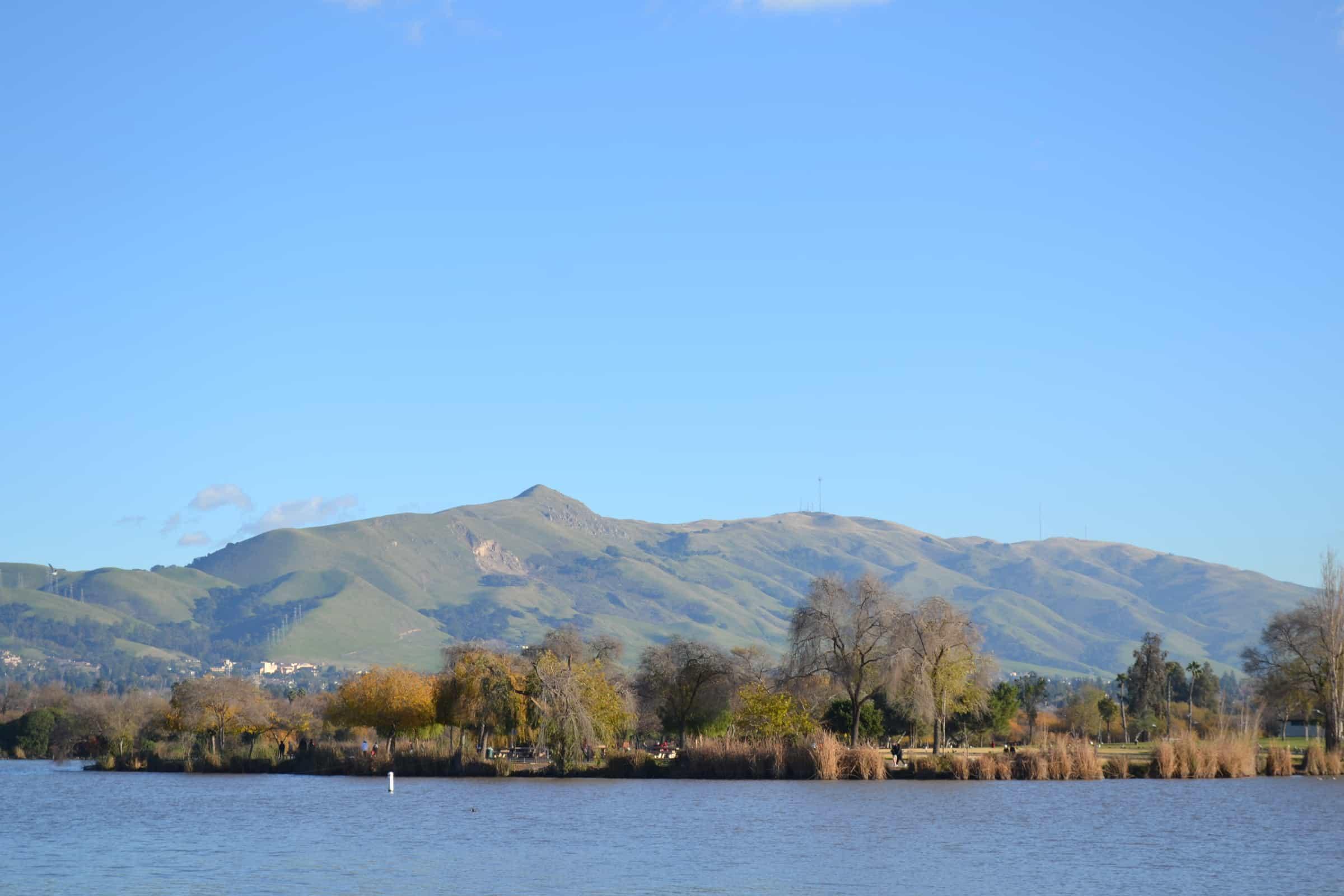 Mission_Peak_over_Lake_Elizabeth,_in_Fremont,_California